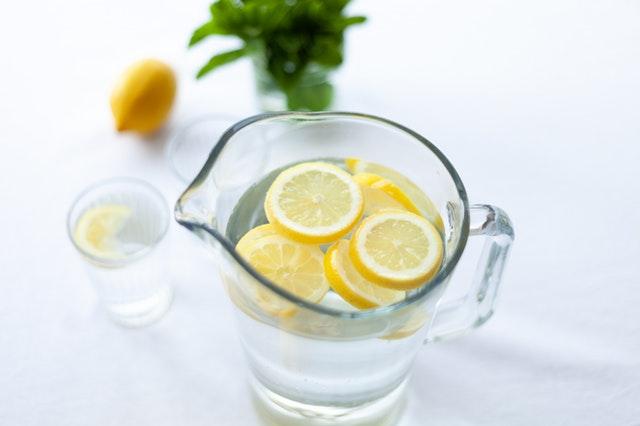 sliced-lemon-fruit-in-glass-picher-1320998